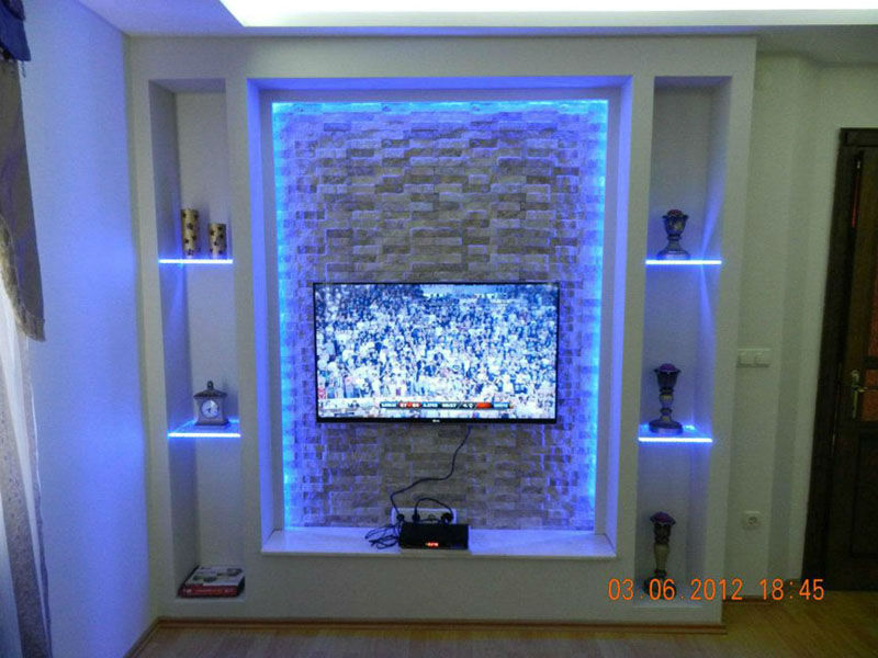 Alçıpan ile yapılmış tv ünitesi hemde led ışıklı hoş bir görünüm.